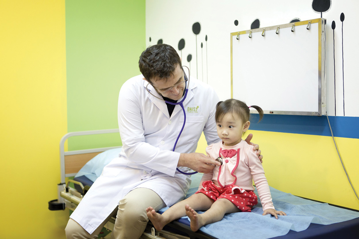 khám bệnh cho trẻ