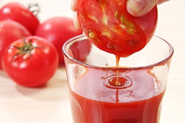 Nước ép cà chua chữa nhiệt miệng
