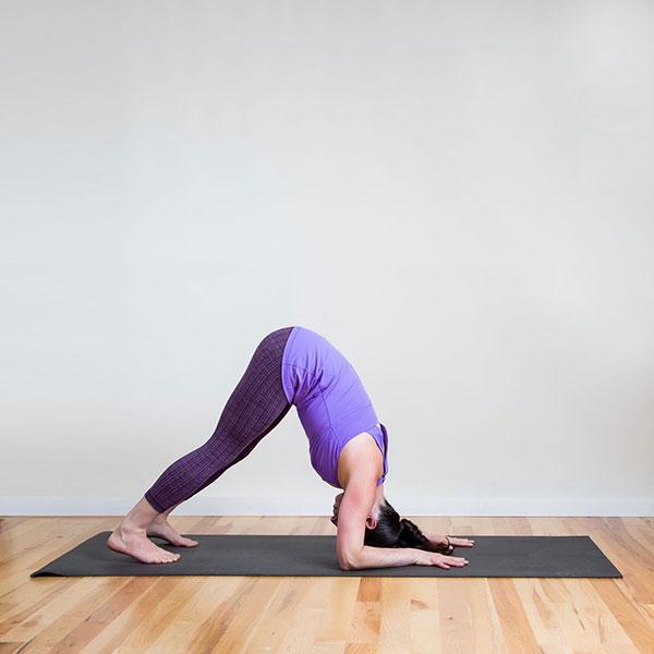 6-bai-tap-yoga-can-ban-giup-ban-chua-con-dau-dau-nhanh-chong-3
