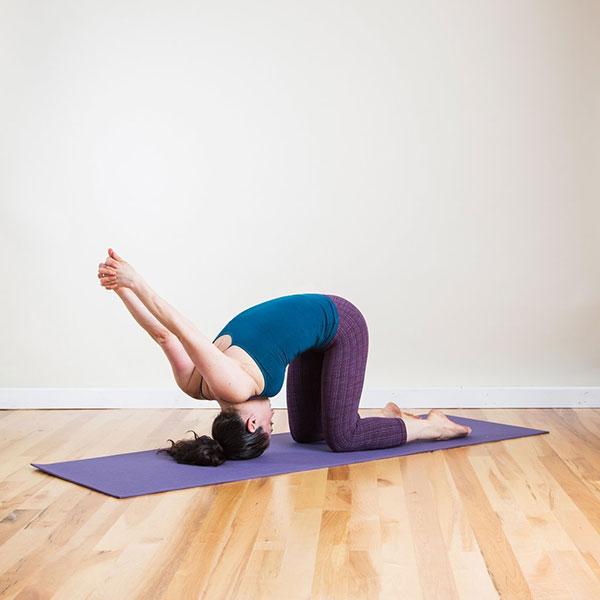 6-bai-tap-yoga-can-ban-giup-ban-chua-con-dau-dau-nhanh-chong-4