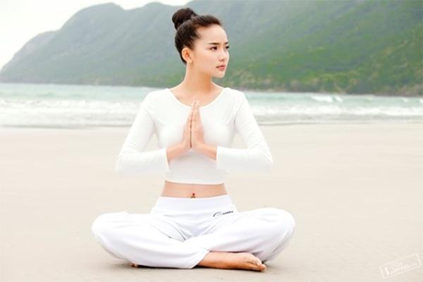 so-huu-vong-eo-quyen-ru-nho-3-bai-tap-yoga-giam-mo-bung-1